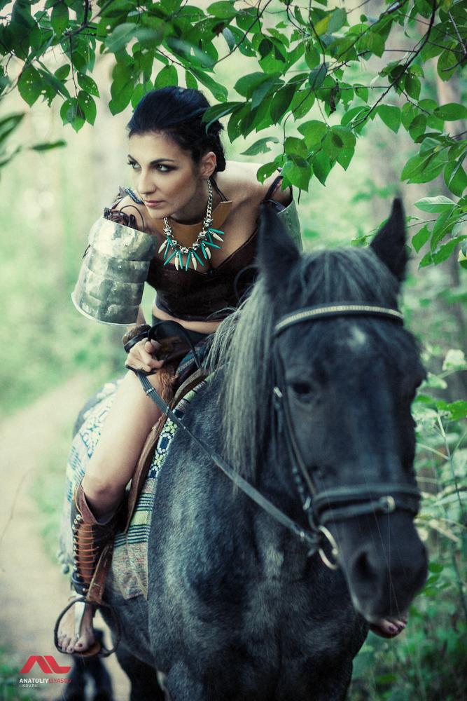 Девушка воительница на лошади