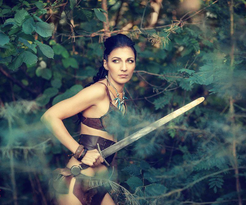 Амазонка с мечом
