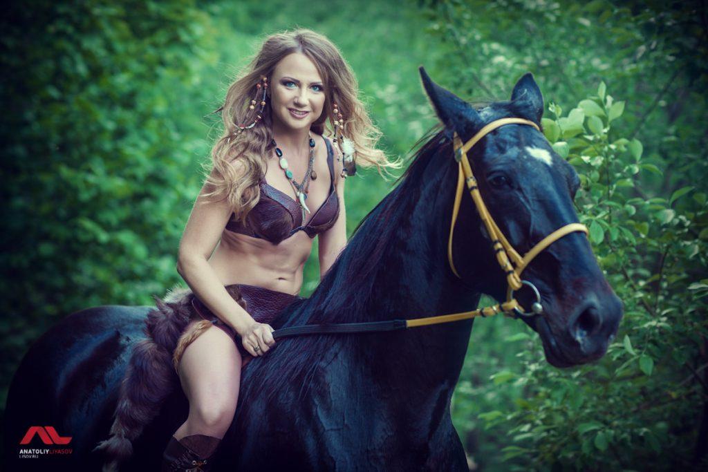 Амазонка на лошади
