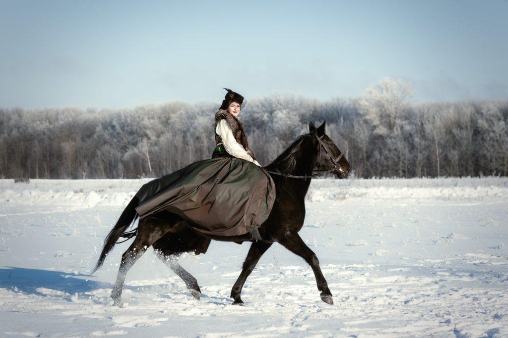 Зимняя фотоссессия с лошадью в платье