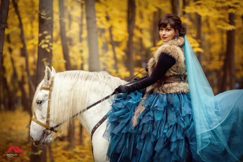 Фотосессия с лошадью в платье осенью