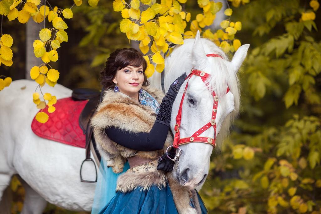 Фотография с белым конем