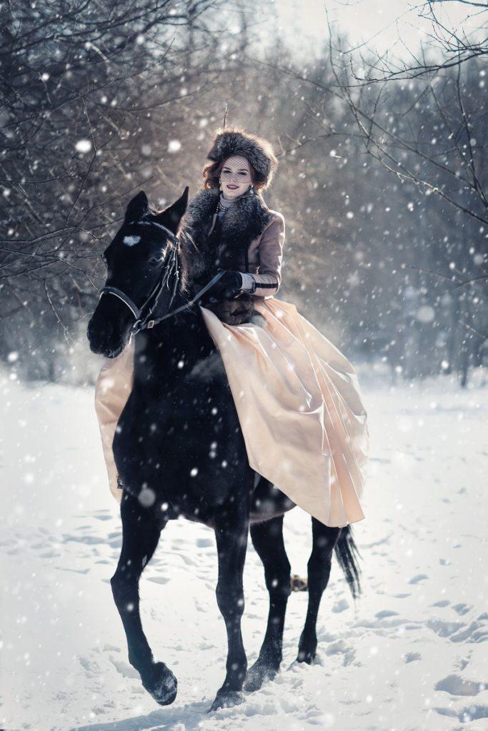Фотосессия с лошадью в платье зимой