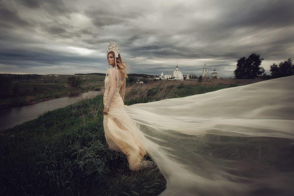 Девушка на фоне грозового неба