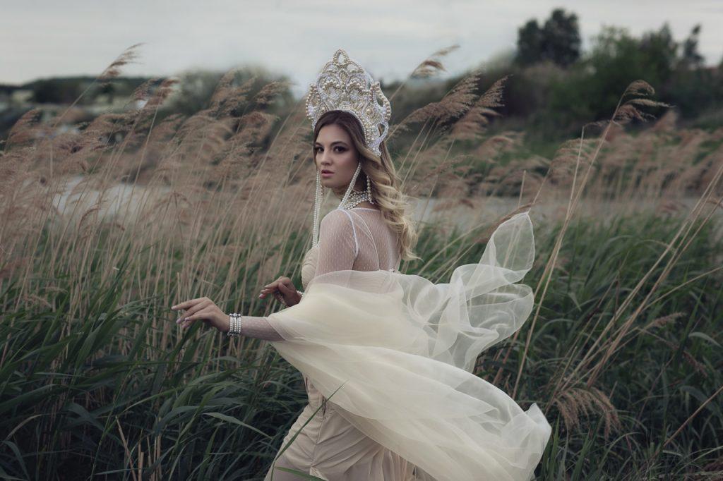 Девушка в белом платье и кокошнике