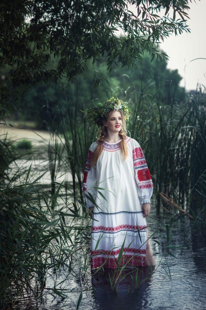 Фотосет у воды в славянском образе