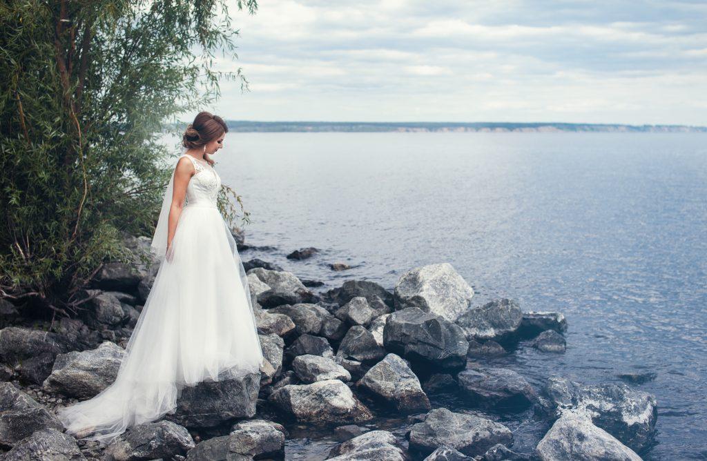 Невеста на фоне воды
