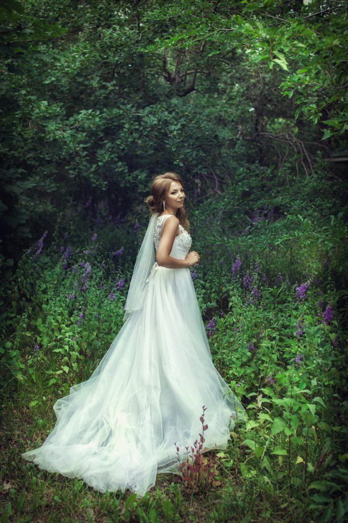 Невеста у деревьев