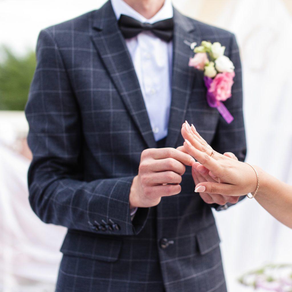 Жених одевает кольцо невесте