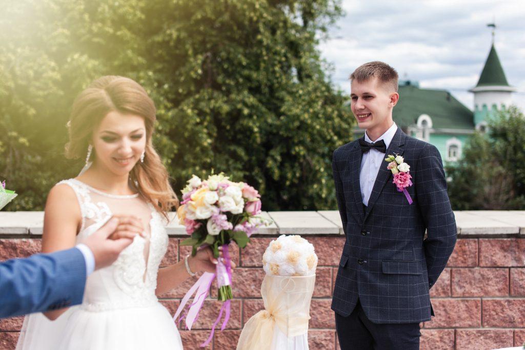Папа вручает невесту жениху