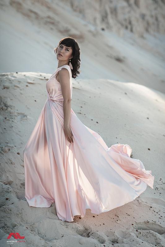 Фотография девушки в песках