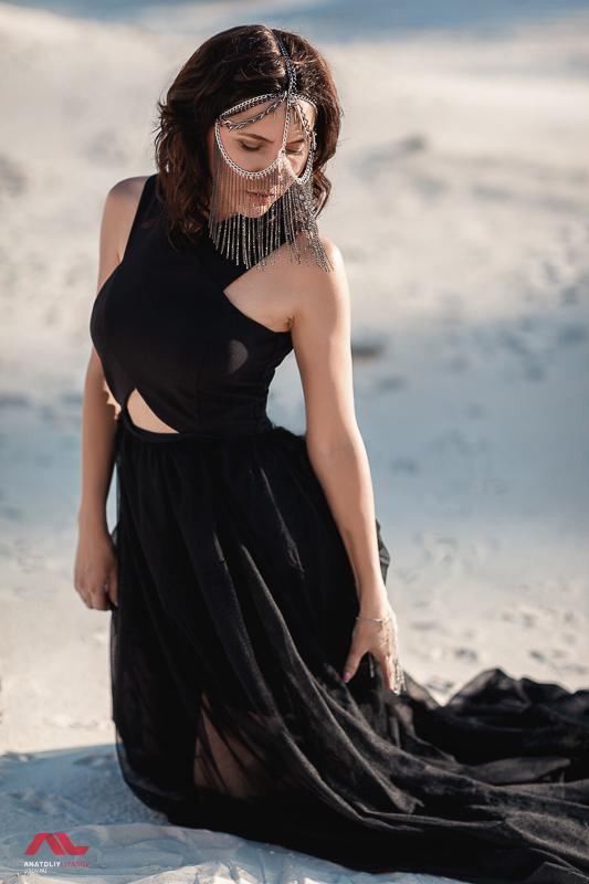 Портрет на фоне песка
