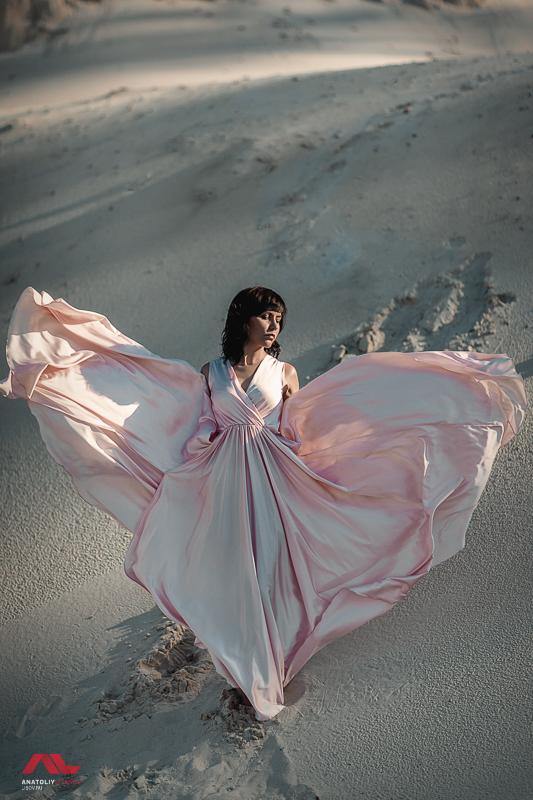 Девушка в розовом платье в пустыне