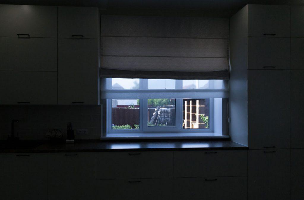 1.Всё хорошо видно за окном, но дома всё очень темно.