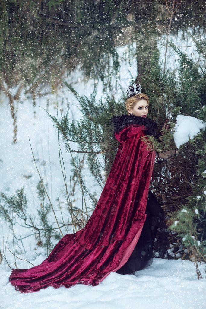 Девушка в малиновом плаще зимой
